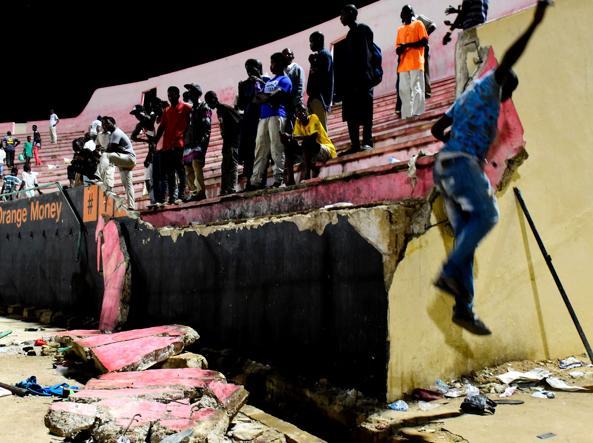 Crolla un muro dello stadio durante gli scontri tra tifosi: 9 morti a Dakar